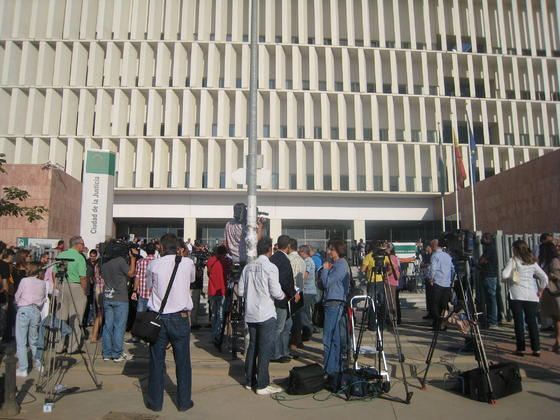 Despliegue mediático en la entrada de la Ciudad de la Justicia.