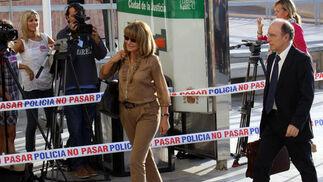 Isabel García Marcos en la entrada a la Ciudad de la Justicia.