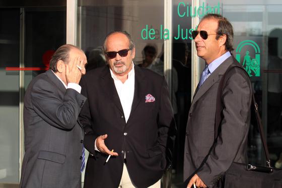 El empresario González de Caldas en la entrada de la Ciudad de la Justicia.