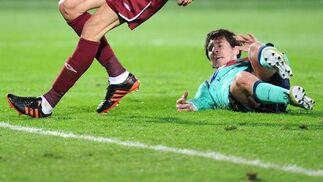 Messi se queda tumbado en el césped tras una jugada. / AFP