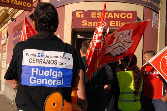 Un centenar de manifestantes recorrieron las calles del centro y obligaron a cerrar a los establecimientos  Foto: Paco Periñán