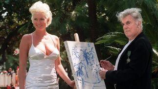 En Cannes en 1997, con su novia Gill Van den Berg. / AFP