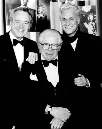 Curtis, con el director Billy Wilder y el actor Jack Lemmon, años después de 'Con faldas y a lo loco'. / AFP