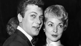 Tony Curtis baila con su entonces esposa, Janet Leigh, en 1961. / AFP