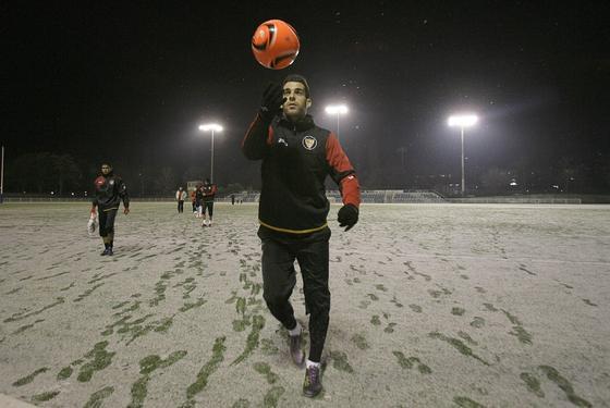 Álvaro Negredo juega con el balón mientras sale del campo tras el entrenamiento.  Foto: Philippe Gerard (FP Sport)