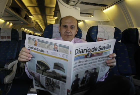 Del Nido lee el 'Diario de Sevilla' en el avión rumbo a París.  Foto: Philippe Gerard (FP Sport)