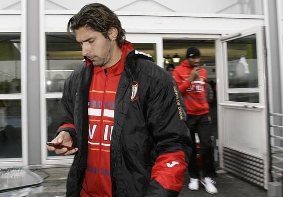Escudé, con el móvil, a la llegada a París.  Foto: Philippe Gerard (FP Sport)