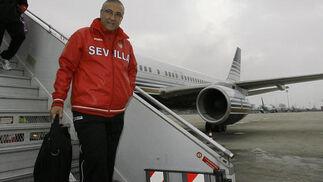 Gregorio Manzano bajando del avión.  Foto: Philippe Gerard (FP Sport)