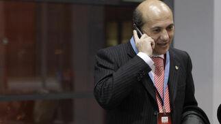 Del Nido habla por teléfono a la salida del avión.  Foto: Philippe Gerard (FP Sport)