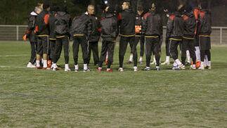 Los jugadores del Sevilla charlan durante el entrenamiento.  Foto: Philippe Gerard (FP Sport)