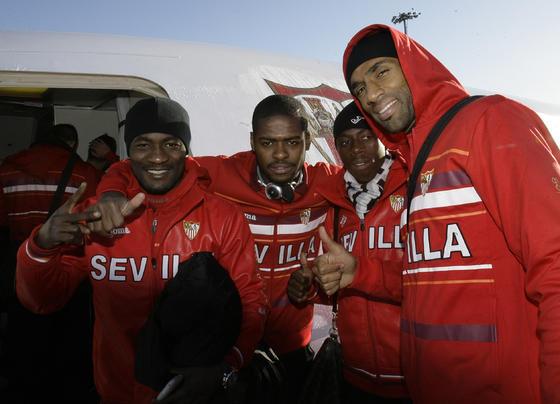Zokora, Romaric, Dabo y Kanoute, en París con el avión al fondo.  Foto: Philippe Gerard (FP Sport)