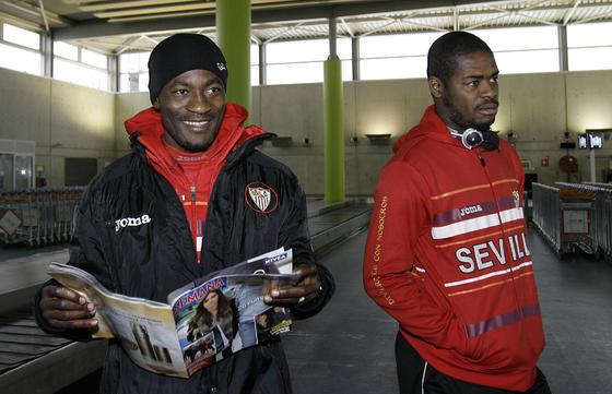 Zokora (leyendo una revista del corazón) y Romaric.  Foto: Philippe Gerard (FP Sport)