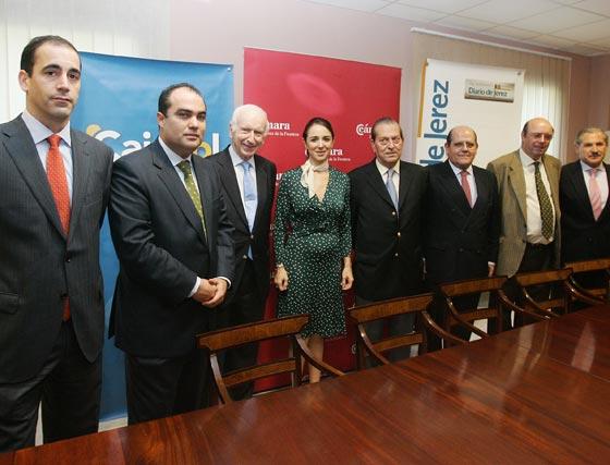 El protagonista ayer de 'Foro Jerez' junto a responsables de la Cámara de Comercio, Cajasol y Diario de Jerez, organizadores del ciclo.  Foto: Pascual