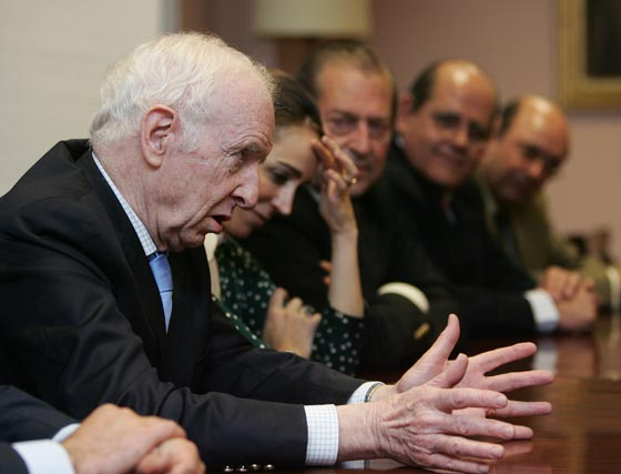 Leopoldo Abadía fue el objetivo de todas las miradas. En la foto, en plena intervención.  Foto: Pascual