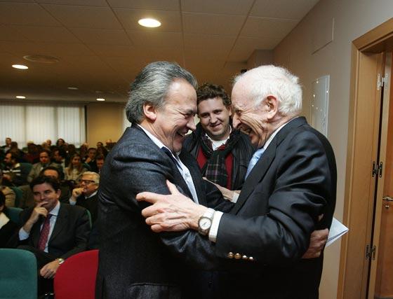 El ex alcalde Pedro Pacheco saluda efusivamente a Leopoldo Abadía.  Foto: Pascual