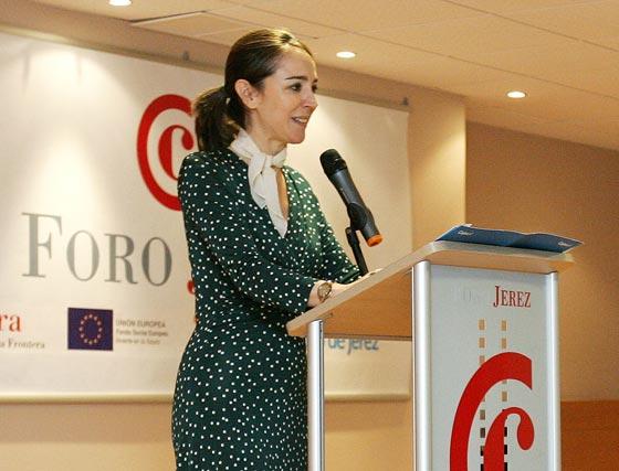 Rosa Santos, subdirectora general Institucional de Cajasol, encargada de la presentación de Abadía.  Foto: Pascual