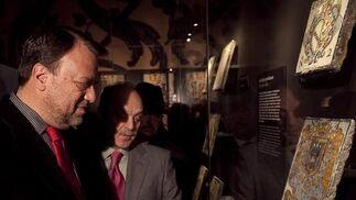 El alcalde, Alfredo Sánchez Monteseirín, admira las piezas de la colección Carranza junto a los responsables de la muestra.  Foto: Jaime Martínez
