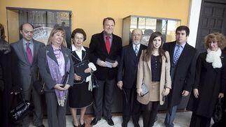 El alcalde, Alfredo Sánchez Monteseirín, posa junto a los responsables de la colección Carranza.  Foto: Jaime Martínez