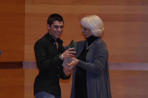 Teófila Martínez entrega el premio Andaluz del Futuro del Deporte al gaditano Alberto Moncayo.  Foto: Julio Gonzalez