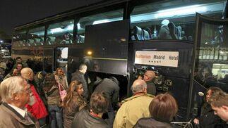 Autobuses fletados para atender a los pasajeros.  Foto: Efe