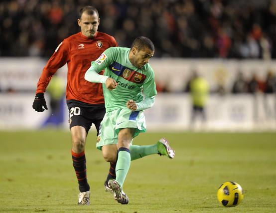 Alves pasa un balón de tacón. / AFP