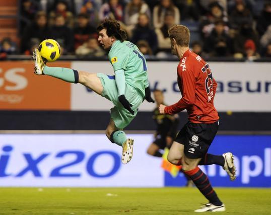 Messi controla un balón en el aire. / Reuters