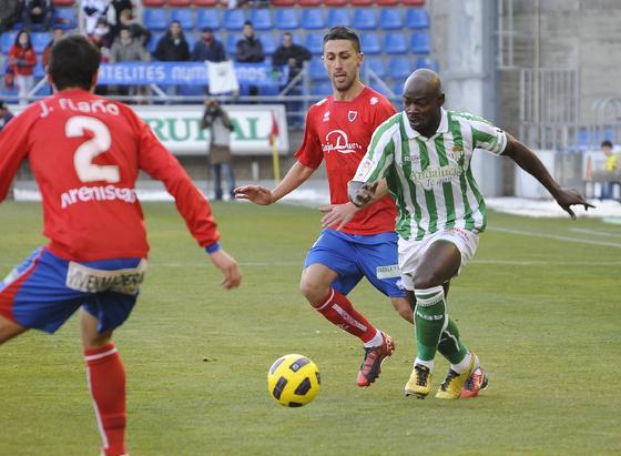 El Betis consolida aún más su liderato tras ganar en Soria al Numancia. / LOF