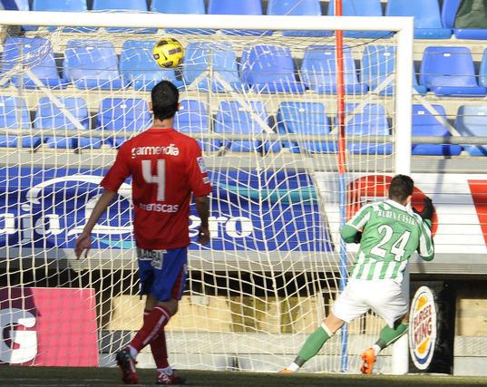 Rubén Castro empuja a la red el segundo gol del Betis. / LOF