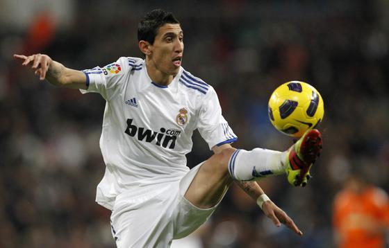 Di María controla un balón con la pierna izquierda. / Reuters