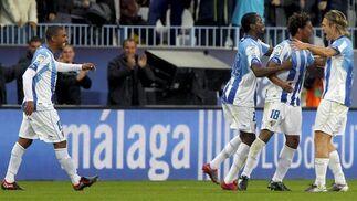 El centrocampista del Málaga Eliseu celebra con varios compañeros el gol conseguido ante el Racing.  Foto: Jorge Zapata/EFE