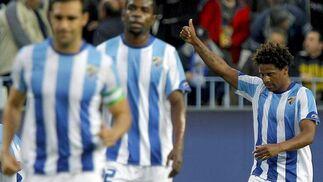 El centrocampista del Málaga Eliseu celebra el gol conseguido ante el Racing.  Foto: Jorge Zapata/EFE