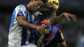 El Málaga recobra el pulso después de golear en casa 4-1 al Racing de Santander. / Sergio Camacho