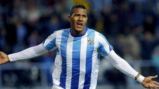 El delantero del Málaga Rondón celebra su primer gol ante el Racing, el tercero para el equipo.  Foto: Jorge Zapata/EFE