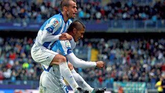 El Málaga recobra el pulso después de golear en casa 4-1 al Racing de Santander. / EFE