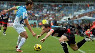 El delantero del Racing Pedro Munitis lucha por el balón contra el defensa del Málaga Jesús Gámez.  Foto: Jorge Zapata/EFE