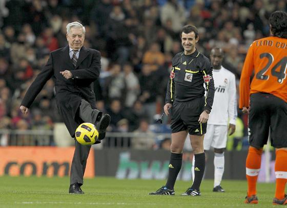 El escritor Mario Vargas Llosa hace el saque de honor del partido. / EFE