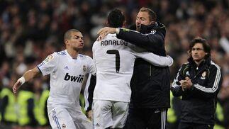 Los jugadores del Real Madrid celebran el primer gol del Madrid. / AFP