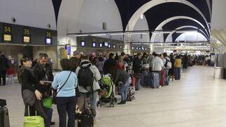 La Fiscalía de Sevilla abre diligencias a los controladores por la huelga del puente de la Constitución