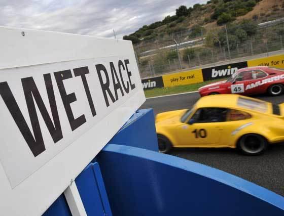 Cartel declarando la carrera en mojado, tónica habitual de la jornada de ayer en el cumpleaños del CircuitO  Foto: Manuel Aranda