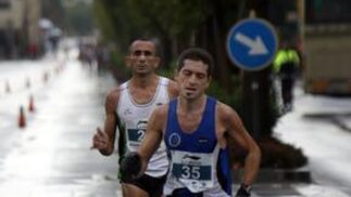 Esfuerzo de uno de los corredores.  Foto: Migue Fernández