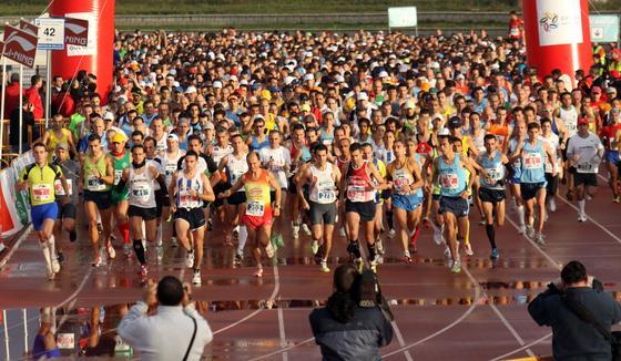 Pese a los pronósticos de lluevia muchos malagueños y participantes de diversa procedencia no han dudado en participar en el primer Maratón de Málaga.  Foto: Migue Fernández
