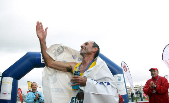 Juan Vázquez sus 49 años y tras haberse proclamado, entre otras cosas, ganador del Maratón de Nueva York en categoría de veteranos y campeón del mundo de carrera de montaña, hizo de profeta en su tierra al ser el primero en entrar en el estadio de atletism.  Foto: Migue Fernández