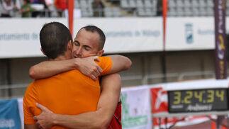 El abrazo entre uno de los particpantes con uno de sus familiares.  Foto: Migue Fernández