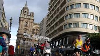 Los corredores a su paso por la calle Molina Larios.