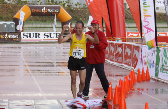 El primer participante llega a meta.  Foto: Migue Fernández