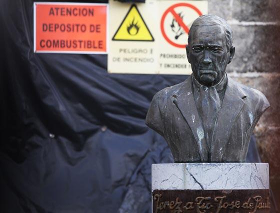 Tío José de Paula, entre vallas, en las obras de Santiago.   Foto: Vanesa Lobo