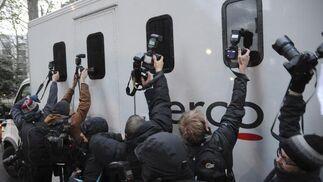 Los fotógrafos tratan de sacar una imagen de Assange a su salida del tribunal.