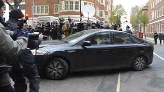 El coche que transporta a ssAssange llega al juzgado de primera instancia de Wenstminster. / EFE