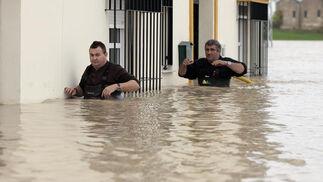El Río Guadalquivir se desborda a su paso por Lora del Río./ J.C Muñoz