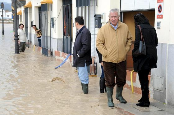 El Río Guadalquivir se desborda a su paso por Lora del Río.  Foto: EFE